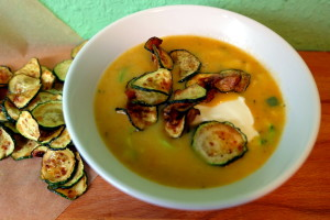 Zucchini Chips in einer Suppe